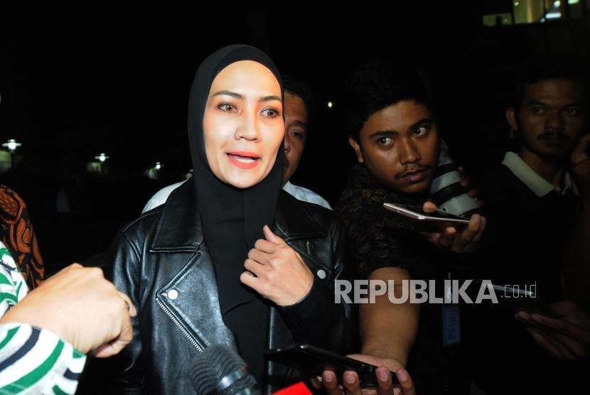 Model asal Manado Fenny Steffy Burase usai menjalani pemeriksaan di Gedung KPK, Jakarta, Rabu (18/7).