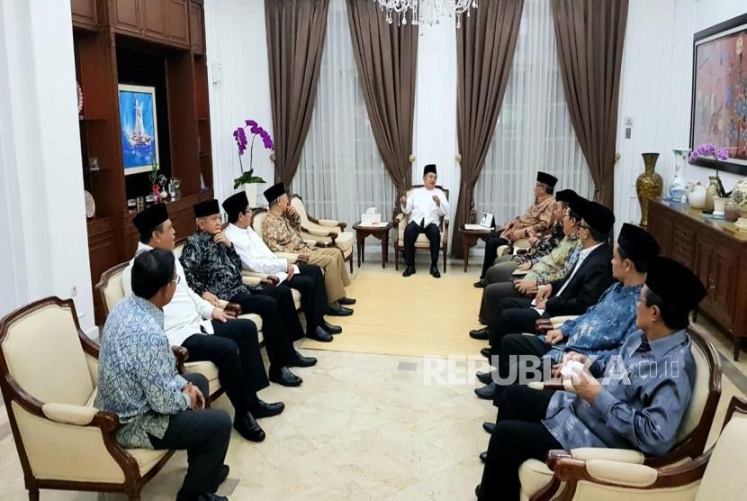Wakil Presiden Jusuf Kalla (tengah) bersama dengan tokoh ormas Islam memberikan keterangan kepada wartawan usai menggelar pertemuan di Rumah Dinas Wapres, Jakarta, Senin (22/4/2019).