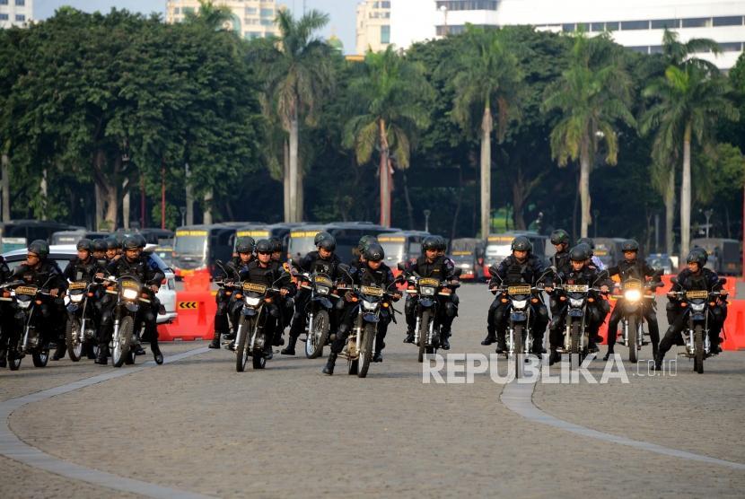 Sejumlah anggota Brimob saat menaiki motor di Monas, Jakarta, Senin (20/5).
