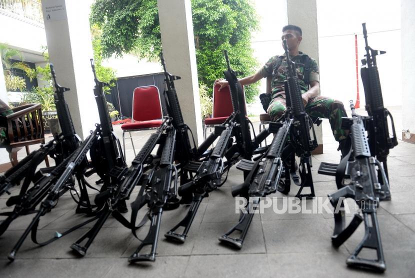 Pengamanan KPU. Petugas dari TNI dan Polri mulai berjaga di KPU Pusat, Jakarta, Kamis (18/4/2019).