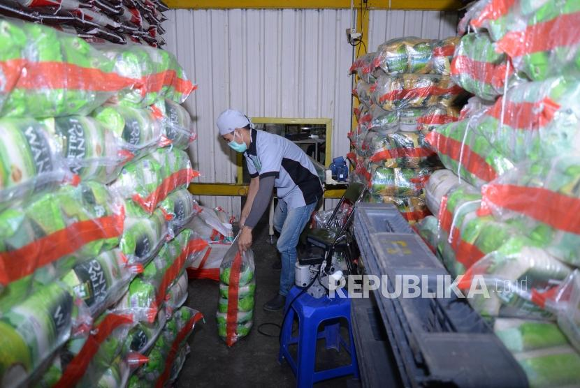 Stock Beras Jakarta. Pekerja mengemas beras di Gudang PT Food Station Tjipinang Jaya, Jakarta, Rabu (16/5).