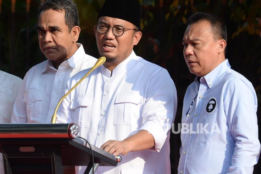 Jubir BPN 02 Dahnil Anzar Simanjuntak bersama Anggota tim Pemenangan Prabowo-Sandi menyampaikan keterangan di Kartenegara, Jakarta, Rabu (17/4).