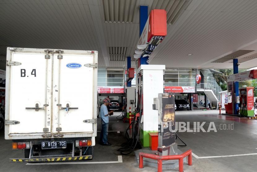 Realisasi Subsidi BBM. Pengunjung mengisi BBM subsidi solar di SPBU COCO Pertamina, Selasa (16/1).