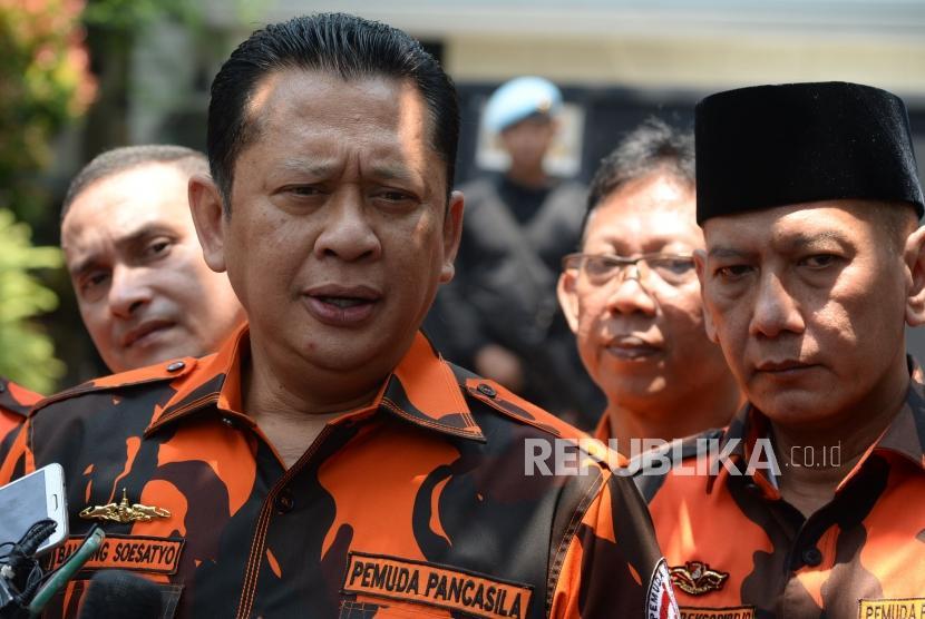 Ketua DPR RI yang juga Wakil Ketua Pemuda Pancasila Bambang Soesatyo memberikan keterangan usai bertemu dengan Wakil Presiden Terpilih KH Ma'ruf Amin di Jalan Situbondo, Jakarta, Rabu (11/9).