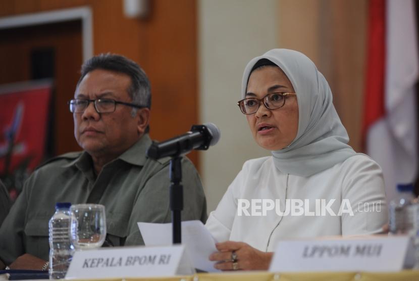 PLH Deputi II Suratmono, Kepala Badan POM RI Penny  K  Lukito (kiri ke kanan) memberikan  keterangan kepada media terkait produk yang mengandung DNA babi di kantor BPOM, Jakarta, Senin (5/2).