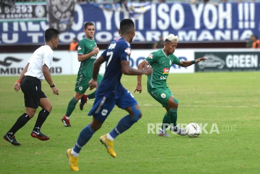 PSS Tumbang di Kandang. Pemain PSS Hari Yudo mencoba melewati pemain PSIS pada lanjutan pertandingan Liga 1 di Stadion Maguwoharjo, Sleman, Yogyakarta, Rabu (17/7/2019).