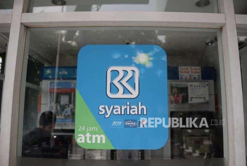 Nasabah melakukan transaksi melalui ATM BRI Syariah di Jakarta, Ahad (30/9).