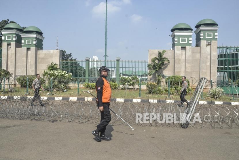 Pengamanan Gedung DPR/MPR.Sejumlah petugas Polisi memasangi kawat duri di gerbang gedung DPR/MPR Senayan, Jakarta Pusat, Rabu (22/5).