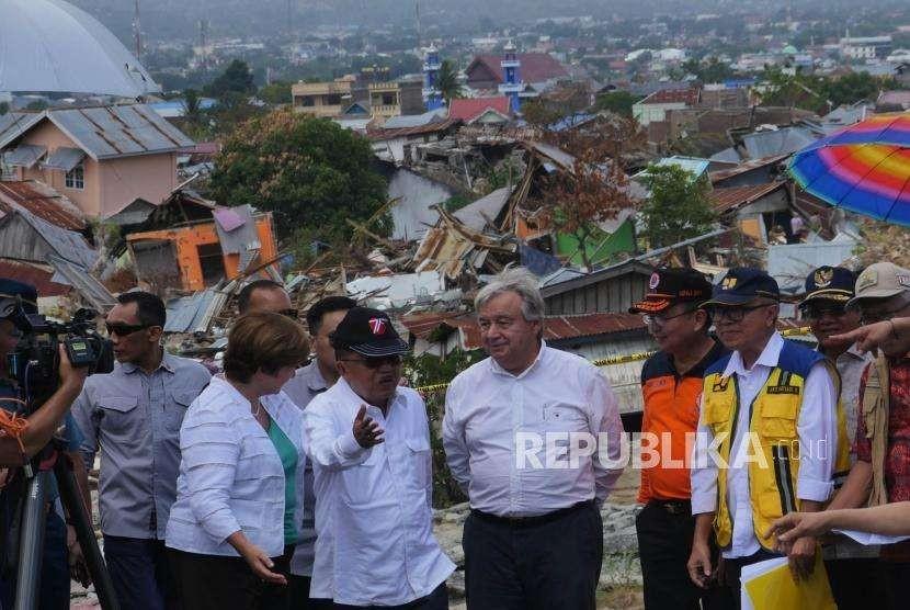 Vice President Jusuf Kalla (center) accompanied UN Secretary General Antonio Gutteres (right) and CEO World Bank Kristalina Georgiva (left) when visiting Balaroa housing complex, Palu, Central Sulawesi, Friday (Oct 12).