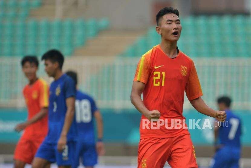 Pesepakbola Timnas Cina U-19 Chaoyang Liu melakukan selebrasi usai memasukan gawang Timnas Thailand U-19 pada pertandingan PSSI Anniversary U-19 Tournament 2018 di Stadion Pakansari, Bogor, Jawa Barat, Jumat (21/9).