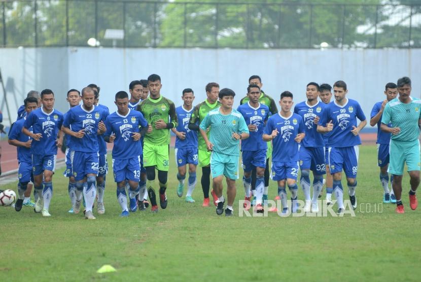 Para pemain persib melakukan latihan fisik saat latihan perdana, di Stadion Sport Jabar Arcamanik, Kota Bandung, Senin (14/1).
