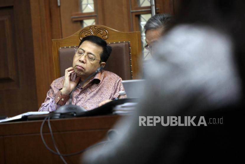 Terdakwa kasus korupsi pengadaan KTP elektronik Setya Novanto tertidur saat menjalani sidang lanjutan di Pengadilan Tipikor, Jakarta, Senin (15/1).