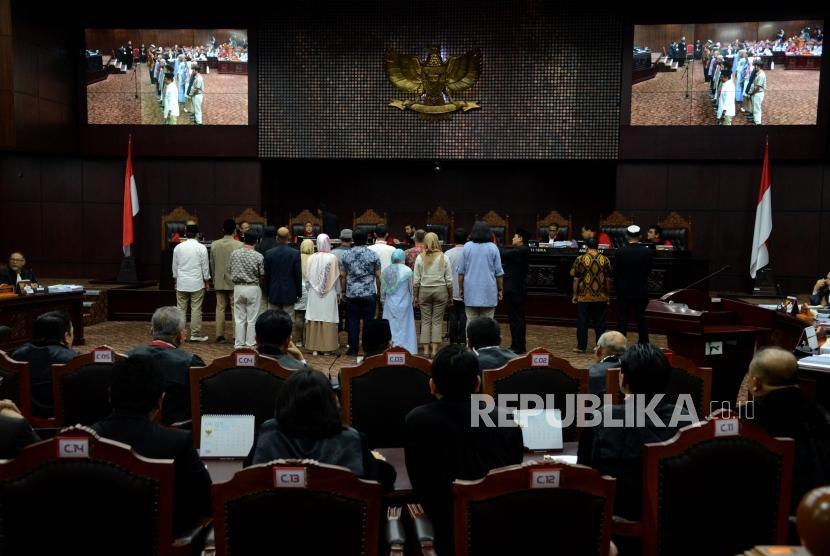 Sejumlah saksi dari pihak pemohon saat diambil sumpahnya pada sidang lanjutan Perselisihan Hasil Pemilihan Umum (PHPU) Pemilihan Presiden (Pilpres) 2019 di Gedung Mahkamah Konstitusi, Jakarta, Rabu (19/6).