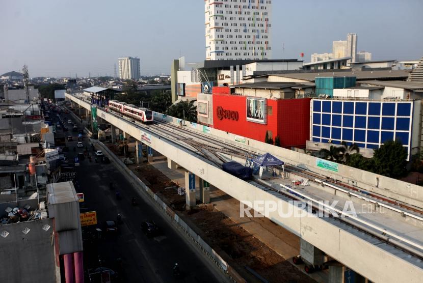 Suasana proyek pembangunan Light Rail Transit (LRT) dalam proses penyelesaian di Stasiun LRT Kelapa Gading, Jakarta, Senin (30/7).
