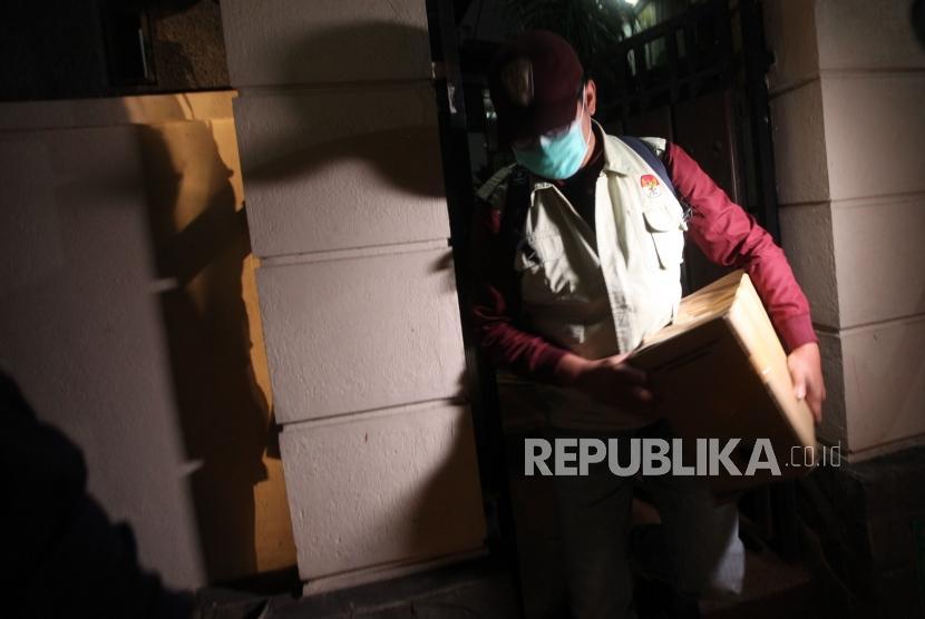 Penyidik Komisi Pemberantasan Korupsi ( KPK) membawa kardus seusai menggeledah kediaman Diretur Utama PLN Sofyan Basyir di Jalan Bendungan Jatiluhur, Jakarta, Ahad (15/7).