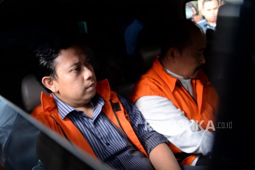 Bupati Cianjur Irvan Rivano Muchtar mengenakan rompi tahanan seusai menjalani pemeriksaan di gedung KPK, Jakarta, Kamis (13/12).