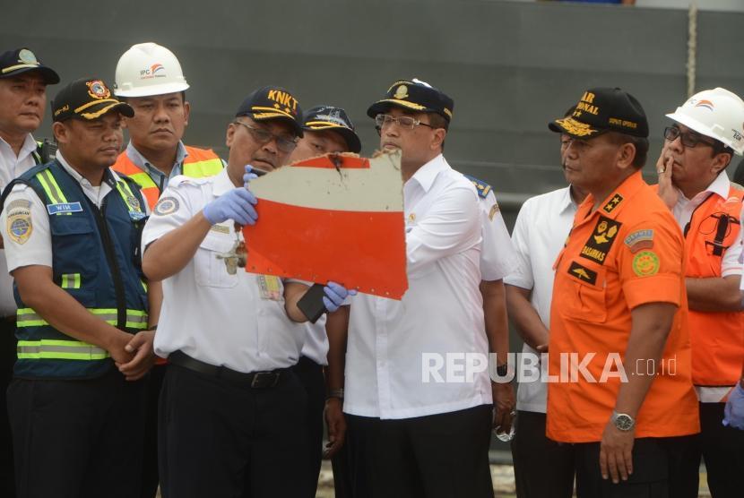 Menteri Perhubungan Budi Karya Sumadi saat meninjau barang-barang temuan hasil pencarian pesawat Lion Air JT 610 di Dermaga JICT 2, Pelabuhan Tanjung Priok, Jakarta, Selasa (30/10).