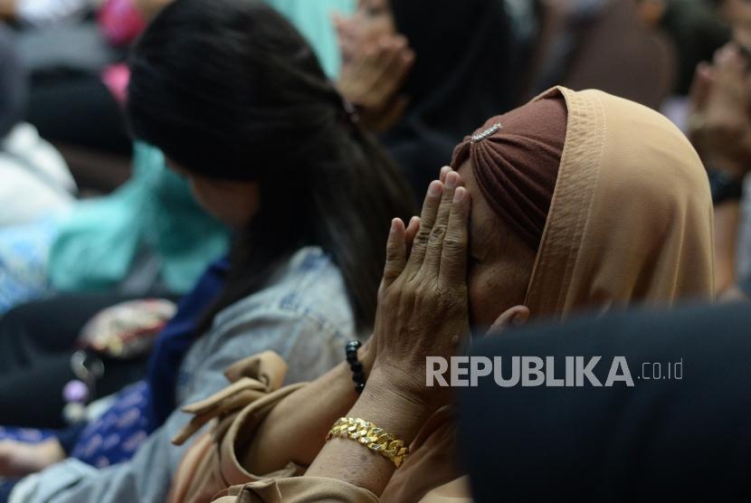 Keluarga korban jatuhnya pesawat Lion Air JT 610 PK- LQP menangis saat berdoa  bersama usai  berlangsungnya sesi konferensi pers di Jakarta, Senin (5/11).