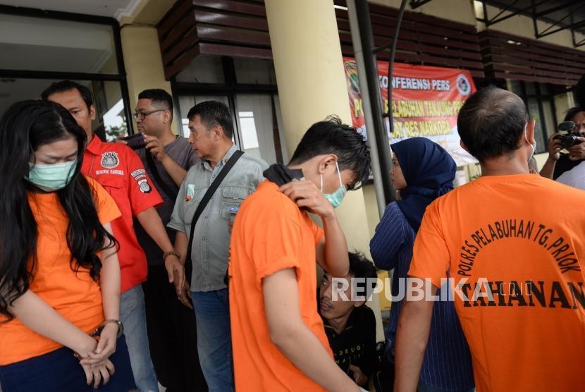 Pengungkapan Artis Nyabu. Penyanyi Aris Idol atau JR (kedua kiri) dihadirkan bersama empat rekan saat rilis di Polres Pelabuhan Tanjung Priok, Jakarta, Rabu (16/1/2019).