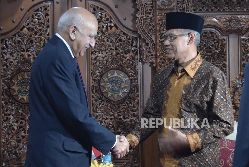 Menteri Luar Negeri India  Mr. MJ Akbar (kiri)  bersalaman bersama ketua umum PP Muhammadiyah, Haedar Nashir (kanan) di gedung kantor PP Muhammadiyah, Jakarta, Senin (30/7).