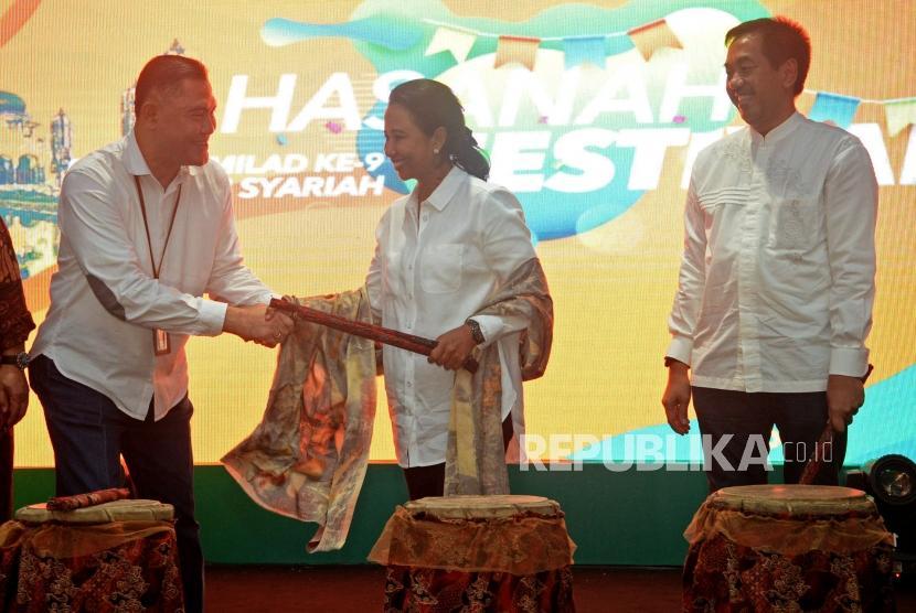 Menteri BUMN Rini Soemarno (tengah) berjabat tangan bersama Direktur Utama BNI Syariah Abdullah Firman Wibowo (kiri) dan Direktur Utama Angkasa Pura II Muhammad Awaluddin (kanan) saat membuka acara Hasanah Festival di Halal Park Terminal 3 Bandara Soekarno Hatta, Tangerang, Banten, Jumat, (28/6).