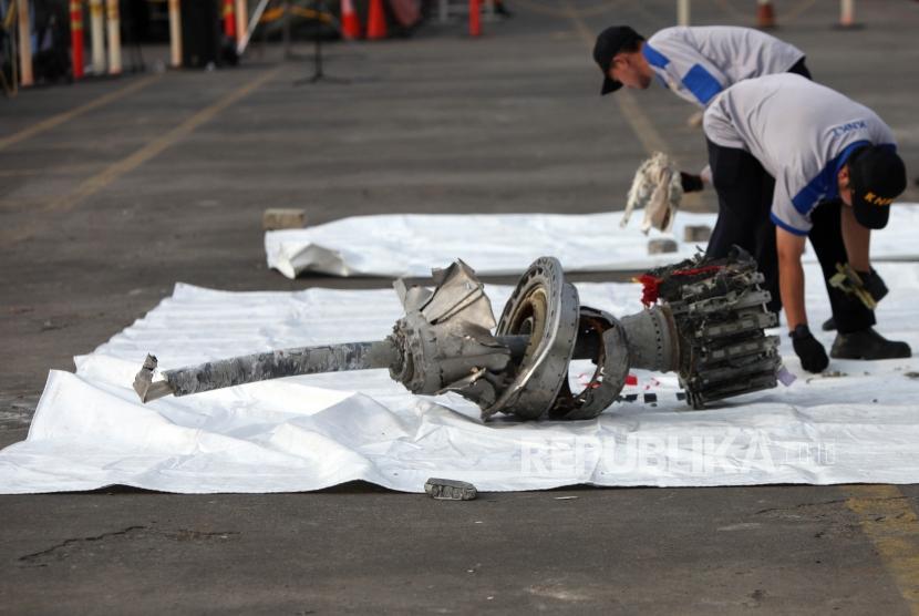 Petugas mengecek puing pesawat Lion Air JT-610 yang jatuh di Tanjung Priok, Jakarta, Rabu (7/11).