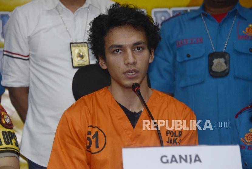 Artis yang juga tersangka penyalahgunaan narkoba Jefri Nichol memberikan keterangan pers di Polres Metro Jakarta Selatan, Rabu (24/7).
