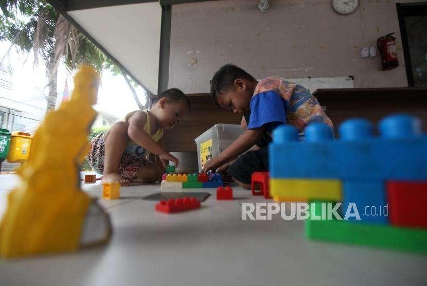 Sejumlah anak bermain lego di Ruang Publik Terpadu Ramah Anak Gajah Mada, Jakarta, Kamis (20/9).