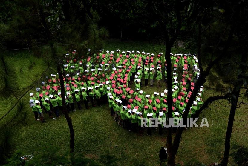 Sejumlah karyawan Republika saat melaksanakan kegiatan team buliding pada acara gathering di Cansebu Amazing Camp & Resort, Megamendung, Bogor, Jawa Barat, Selasa (20/11).