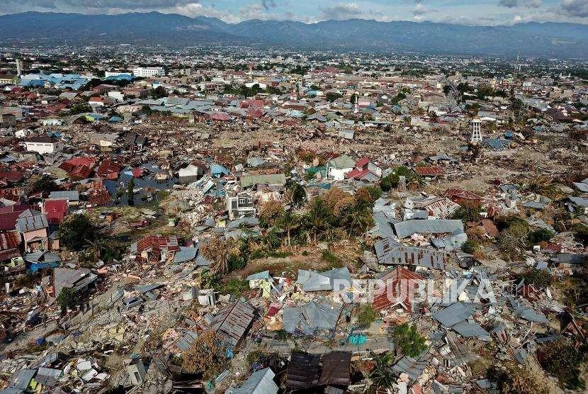 Tim SAR gabungan melakukan proses evakuasi korban di Perumnas Balaroa, Palu, Sulawesi Tengah, Ahad (7/10).