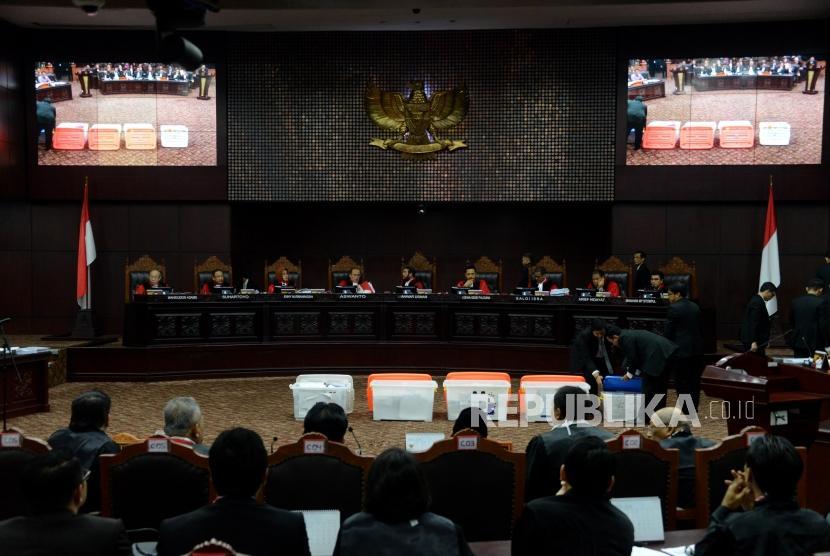 Hakim Mahkamah Konstitusi memperlihatkan sejumlah barang bukti pihak pemohon yang belum bisa diverifikai pada sidang lanjutan Perselisihan Hasil Pemilihan Umum (PHPU) Pemilihan Presiden (Pilpres) 2019 di Gedung Mahkamah Konstitusi, Jakarta, Rabu (19/6).