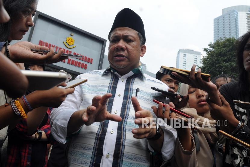 Wakil Ketua DPR RI Fahri Hamzah memaparkan penjelasan usai memberikan laporan tambahan terkait dugaan pencemaran nama baik di Polda Metro Jaya, Jakarta, Rabu (2/5).