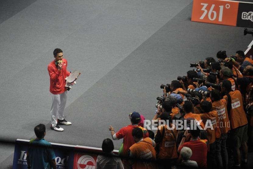 Pebulu tangkis Indonesia Jonatan Christie berpose dengan medali saat prosesi penyerahan medali cabang bulu tangkis nomor tunggal putra Asian Games 2018 di Istora Senayan, Jakarta, Selasa (28/8).