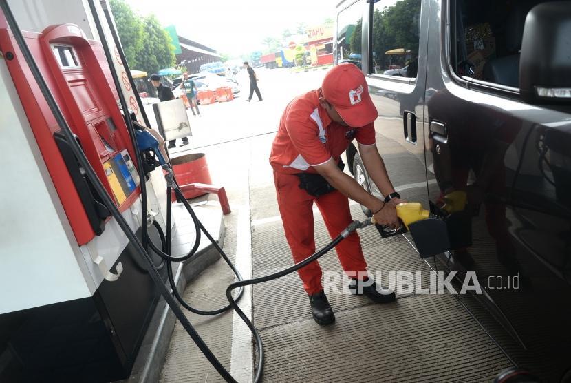 Stock Premium Arus Mudik. Pengisian bahan bakar premium di SPBU Rest Area KM 102, Cipali, Jawa Barat, Jumat (1/6).