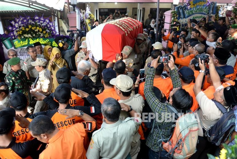 Kedatangan Jenazah di Boyolali. Peti jenazah Almarhum Kepala Pusat Data Informasi dan Humas BNPB Sutopo Purwo Nugroho dibawa ke TPU Sonolayu, Boyolali, Jawa Tengah, Senin (8/7/2019).