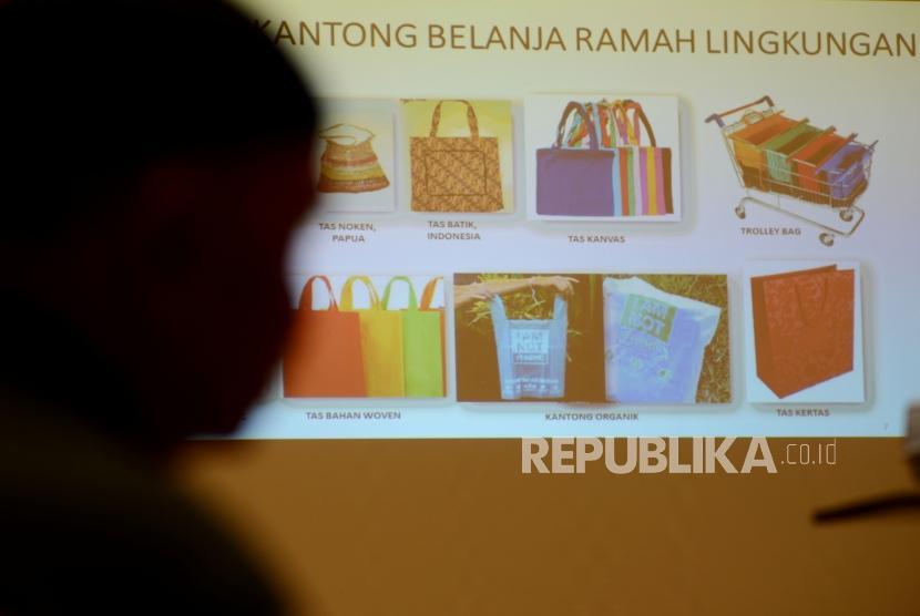 Warga saat mengikuti sosialisasi kantong belanja ramah lingkungan di Pasar Kramat Jati, Jakarta, Selasa (18/12).