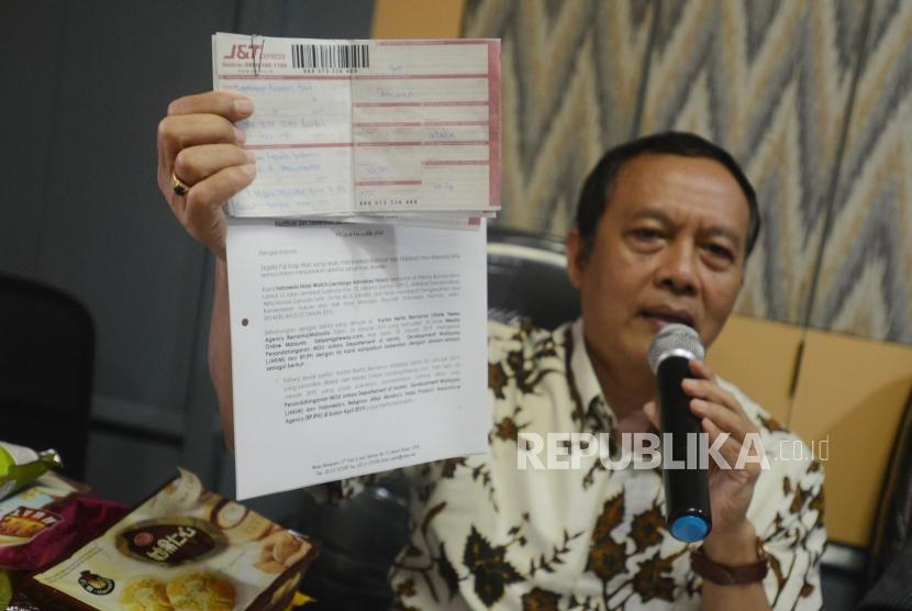 Direktur Eksekutif Indonesia Halal Watch Ikhsan Abdullah memperlihatkan surat terbuka untuk Joko Widodo saat konferensi pers di kantor Indonesia Halal Watch, Jakarta, Rabu (6/2) (ilustrasi).