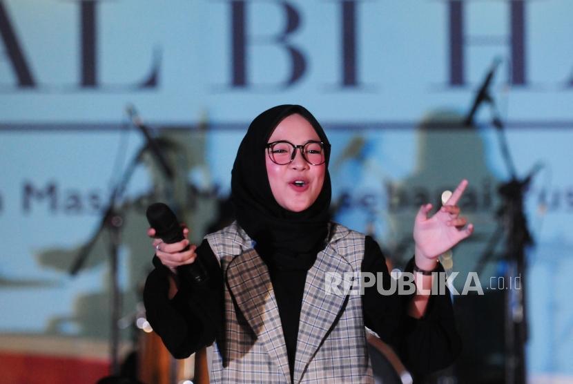 Vokalis Sabyan Gambus Nissa Sabyan menyanyi saat acara halal bi halal DMI di Masjid Istiqlal, Jakarta, Jumat (6/7).
