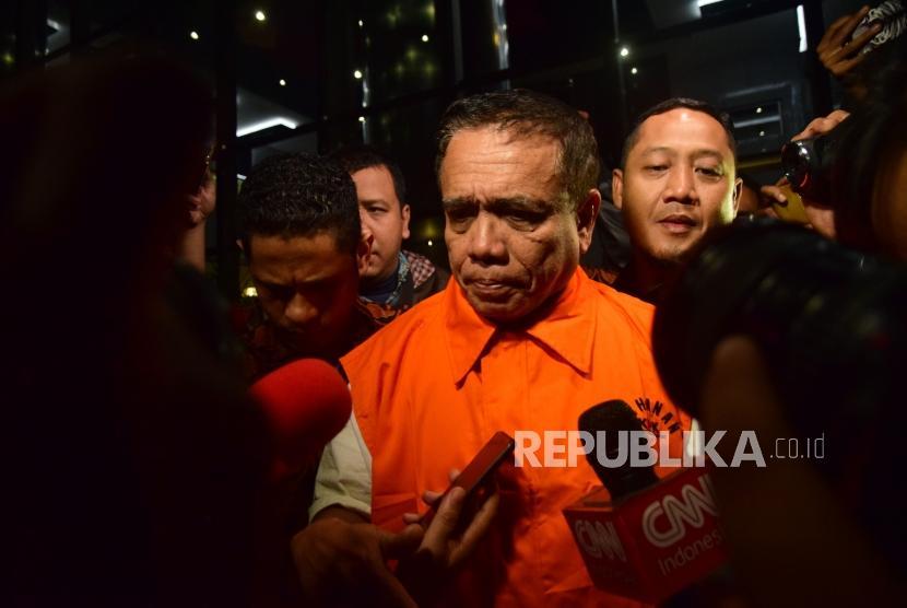 Gubernur Aceh, Irwandi Yusuf memakai rompi orange usai dilakukan pemeriksaan sebagai tersangka oleh KPK, Jakarta, Kamis (5/7) dinihari. Komisi Pemberantasan Korupsi menahan Gubernur Aceh atas kasus dugaan suap terkait pembahasan anggaran dana otonomi khusus dalam penganggaran antara provinsi dan kabupaten tahun anggaran 2018.