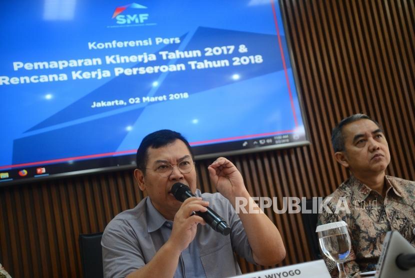 Kenaikan Laba Bersih SMF. Direktur Utama PT Sarana Multigriya Finansial (SMF) Ananta Wiyogo (kiri) memberikan paparan saat konferensi pers laporan kinerja SMF 2017 di Jakarta, Jumat (2/3).