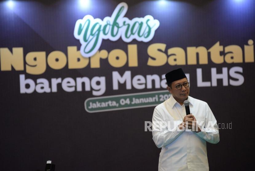 Menteri Agama Lukman Hakim Saifuddin berbincang dengan para pegawai dilingkungan Kementerian Agama pada acara Ngobrol Santai Bareng Menag di Kantor Kemenag, Jakarta, Jumat (4/1).