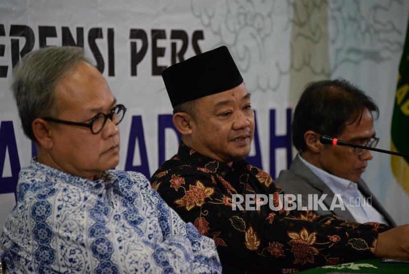Sekertaris PP Muhammadiyah Abdul Mu'ti (tengah) bersama Ketua PP Muhammadiyah Bahtiar Effendy (kanan) dan Hajriyanto Y Thohari (kiri) memberikan keterangan terkait pelaksanaan Tanwir Muhammadiyah di Gedung Dakwah Muhammadiyah, Jakarta, Senin (11/2).