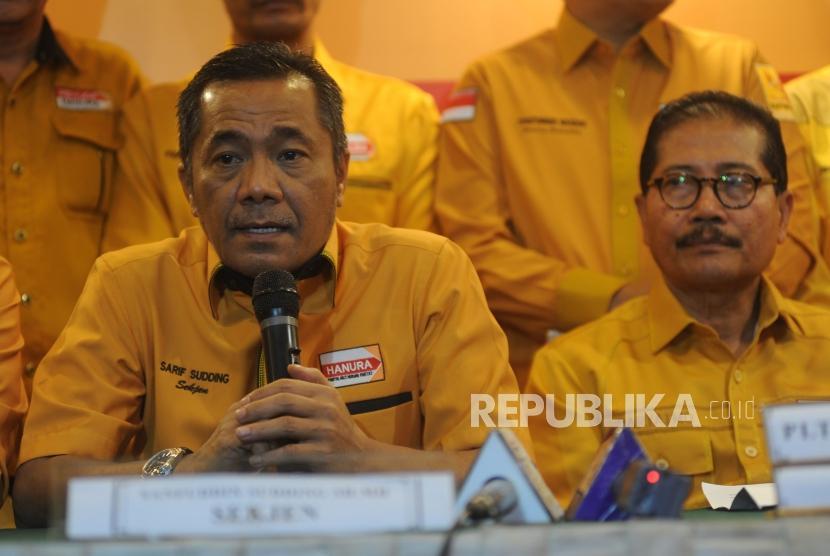 Pemecatan OSO. Sekjen Partai Hanura Sarifuddin Sudding(kiri), PLT Ketua Umum Daryatmo(kanan) memberikan konferensi pers , di Hotel Ambhara, Jakarta, (15/1).