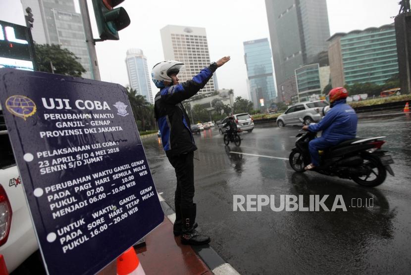 Petugas Dishub mengatur lalu lintas saat uji coba Sistem Ganjil Genap di Kawasan Bundaran Hotel Indonesia, Jakarta, Senin (23/4).