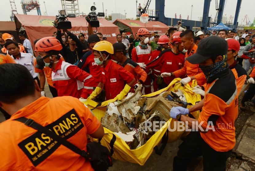 Sejumlah petugas gabungan saat membawa puing-puing pesawat Lion Air JT610 di Dermaga JICT 2, Pelabuhan Tanjung Priok, Jakarta, Selasa (30/10).