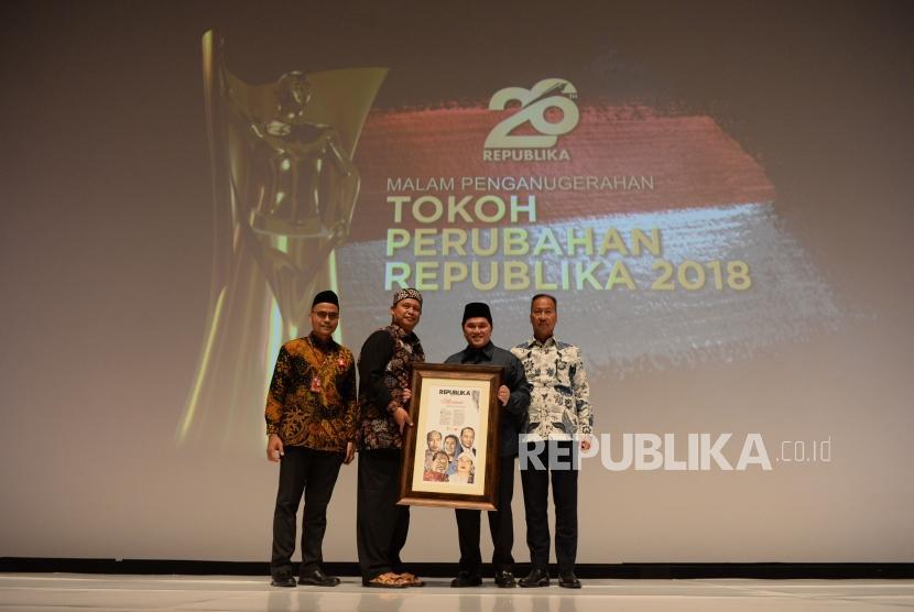 Takmir Masjid Jogokarian Yogyakarta Ustad Jazir ASP menerima Anugrah Tokoh Perubahan Republika yang diberikan oleh Mensos Agus Gumiwang di Jakarta, Rabu (24/4).