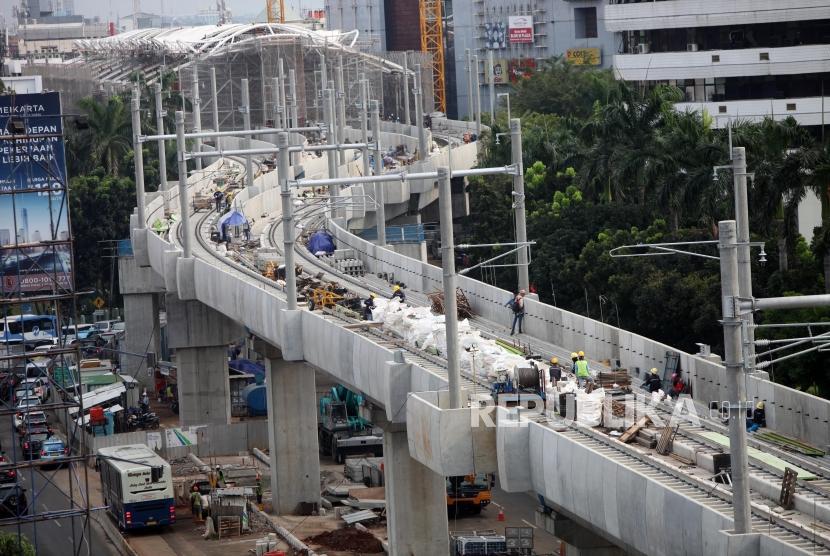Suasana kondisi pembangunan proyek Mass Rapid Transit (MRT) dalam proses penyelesaian di Kawasan Block M, Jakarta, Selasa (17/4).