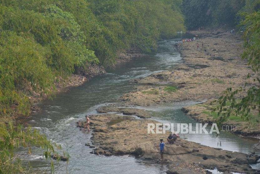 Sejumlah warga beraktivitas di aliran Sungai Ciliwung di Depok, Jawa Barat, Rabu (12/9).
