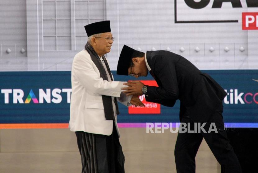 Cawapres No 01 KH Ma'ruf Amin bersalaman dengan Cawapres No 02 Sandiaga Uno usai mengikuti debat Cawapres Pilpres 2019 di Jakarta, Ahad (17/3).