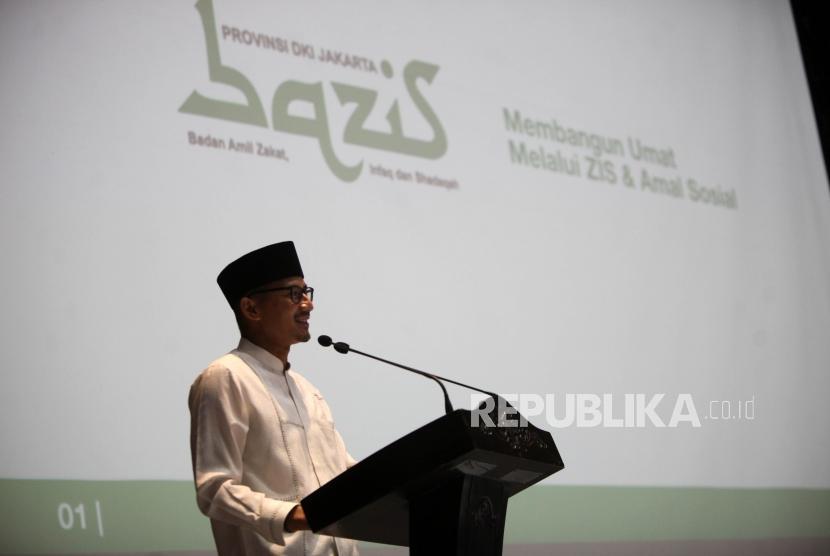 Wakil Gubernur DKI Jakarta Sandiaga Salahuddin Uno memberikan sambutan saat acara berbuka puasa bersama di Balai Kota, Jakarta, Senin (4/6).